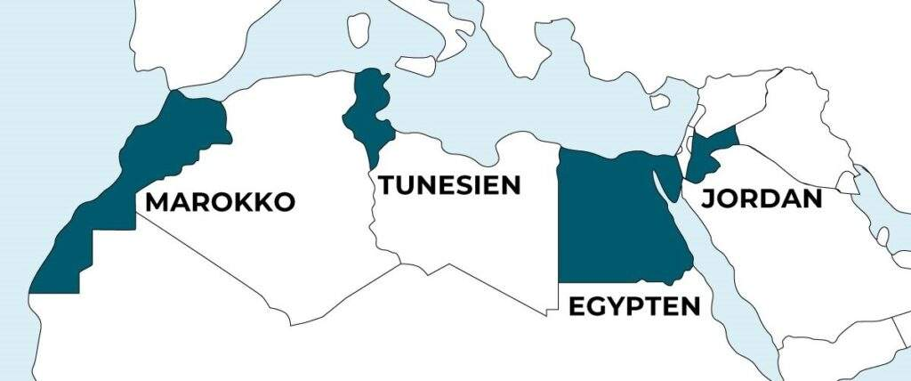 Tegnet landkort med udsnit området omkring Middelhavet. Fire lande er markeret: Marokko, Tunesien, Egypten og Jordan. Farverne på kortet er hvid, lyse- og mørkeblå.
